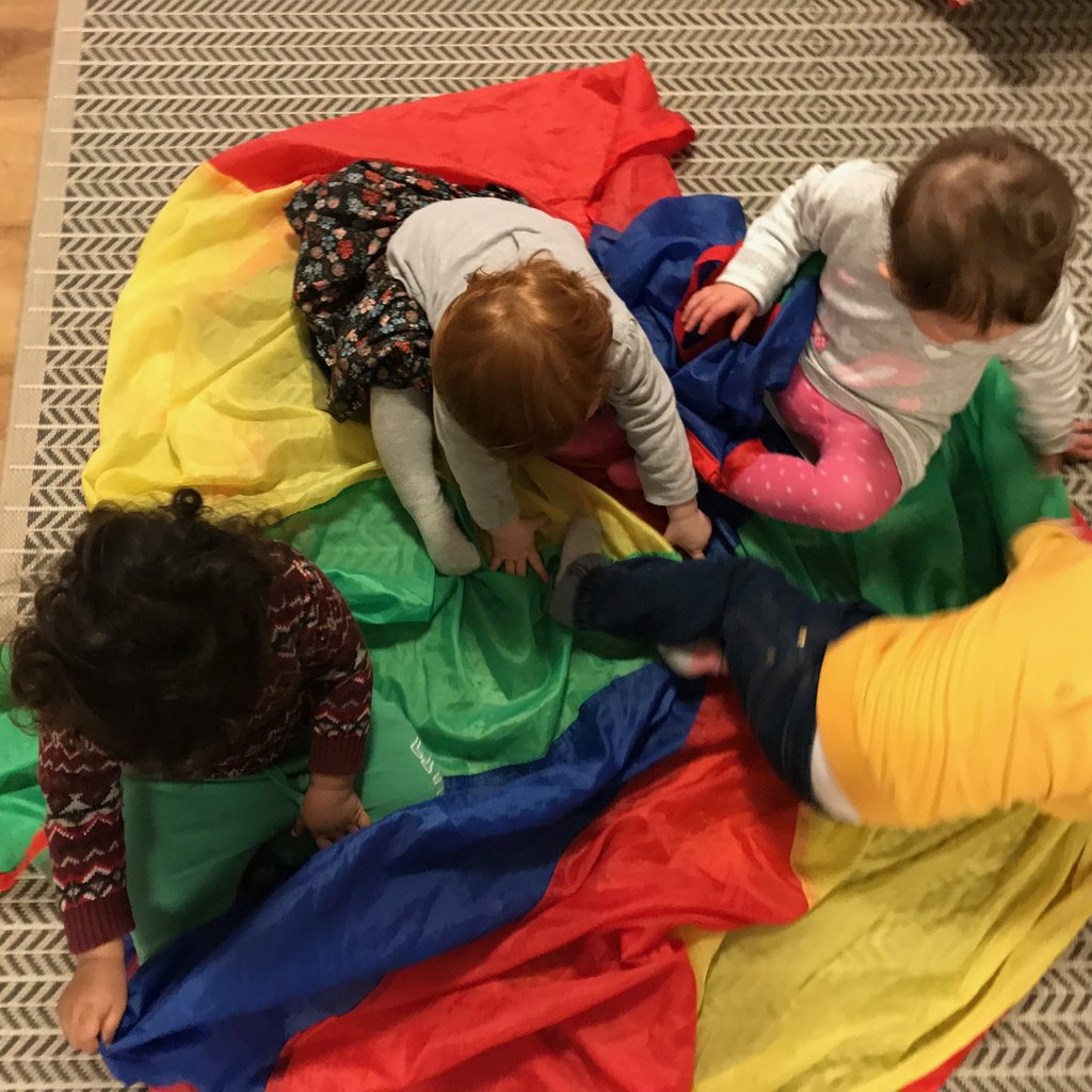 One of the children´s favourite games is the Parachute. We have played so many parachute activities, they keep my group of children so busy and entertained. Parachute games can help kids with social skills, coordination, and fine motor skills. It is great for a single child or a large group of kids.