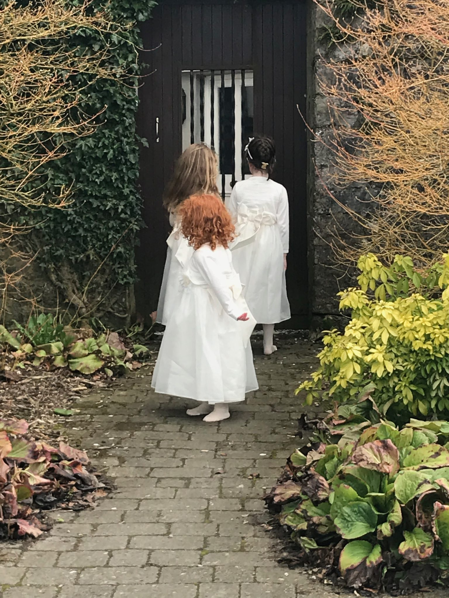 Such a lovely weekend! I was invited to mind the 3 flowers girls at Mary and David wedding last weekend in Durrow Castle ( Co. Laois). It was my first long trip to babysit and really worth as we had such a lovely time!